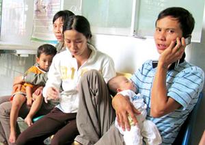 Bệnh nhi chờ nhập viện tại Khoa Nhiễm - Thần kinh Bệnh viện Nhi đồng 1 TPHCM chiều 24-3.