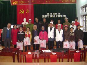 Lãnh đạo Hội CTĐ huyện Lương Sơn tặng quà các hộ gia đình nghèo tại xã Tiến Sơn.