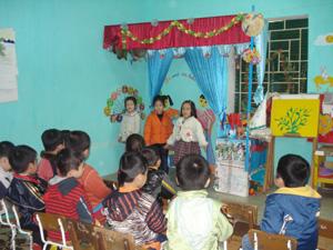 Trường mầm non Tân Thịnh B thực hiện nhiều biện pháp đảm bảo bữa ăn đủ dinh dưỡng cho trẻ để phát triển toàn diện. Ảnh: Các cháu lớp 5 tuổi trong góc học âm nhạc.