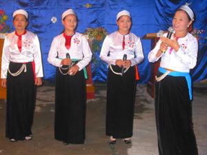 Phần thi chào hỏi của đội xã Xuân Phong để lại nhiều ấn tượng