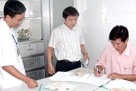 Thanh tra Sở Y tế TPHCM lập biên bản thanh tra tại một cơ sở hành nghề y tư nhân