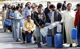 Người dân xếp hàng mua nhiên liệu ở Ajdabiya ngay khi quân chính phủ đẩy lui lực lượng nổi dậy về phía Đông