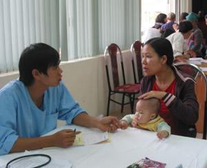 Phòng khám đa khoa khu vực sông Đà tư vấn cho bệnh nhân bị sốt phát ban.