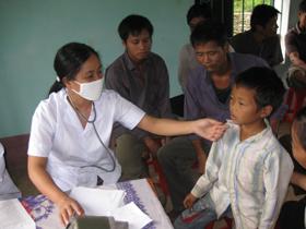 Đội ngũ thầy thuốc khám bệnh, cấp thuốc miễn phí cho nhân dân xóm Khuôi, phường Thái Bình