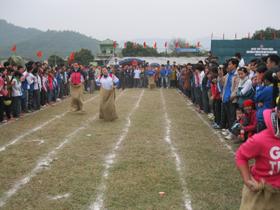 Đông đảo khán giả cổ vũ lượt thi nhảy bao bố diễn ra tại hội thi
