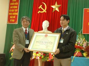 Lãnh đạo UBND thành phố Hoà Bình trao Bằng công nhận Chuẩn Quốc gia về y tế cho phường Tân Thịnh.