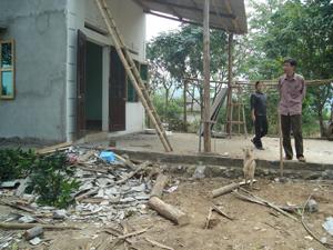 Nhiều hộ gia đình ở xóm Đoàn Kết I, xã Phúc Tiến (Kỳ Sơn) bị lốc xoáy bất ngờ gây thiệt hại về người và tài sản.