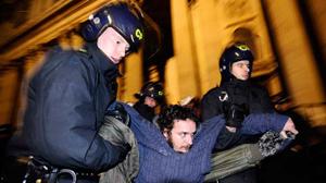 """Cảnh sát Anh áp giải một thành viên nhóm biểu tình """"Chiếm lấy London"""" ở trung tâm thủ đô tối 28-2 - Ảnh: Reuters"""