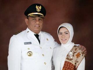 Truyền thông Indonesia không nói rõ lương của ngài tỉnh trưởng Rusli Habibie có được chuyển cho phu nhân Idah Syaidah hay không - Ảnh: Chính quyền tỉnh Gorontalo