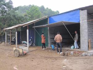 Một số gian hàng ở chợ Chỉ, xã Hùng Tiến do anh Bùi Văn Hiệp đầu tư đã bắt đầu hoạt động phục vụ nhu cầu của bà con.