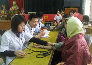 Đoàn tình nguyện khám, tư vấn sức khoẻ cho nhân dân.