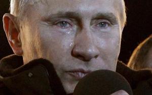 Nước mắt có thể thấy rõ chảy xuống má ông Putin dưới ánh đèn khi ông phát biểu trước người ủng hộ.