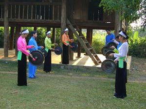 Hội phụ nữ xã Mãn Đức - Tân Lạc tập các tiết mục cồng chiêng chuẩn bị cho đêm hội ngày 8/3 tới