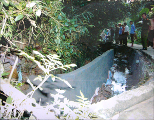 Công trình kè bờ suối do gia đình ông Nguyễn Khắc Quyết xây dựng vi phạm lấn ra lòng suối.