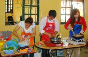 các đội tham gia hội thi khéo léo chế biến các món ăn.