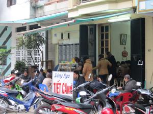 Thứ bảy, chủ nhật là thời điểm thu hút đông đảo thực khách đến các quán tiết canh, lòng lợn ở TPHB.