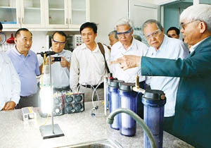 Nhiều nhà khoa học đưa ra chất vấn phát minh mới của TS Nguyễn Chánh Khê vào chiều 9-3. Ảnh: Tr.Thanh