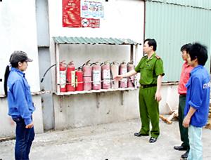 Kiểm tra công tác ATVSLĐ - PCCN tại Công ty TNHH Sơn Thủy, xã Dân Hòa (Kỳ Sơn).