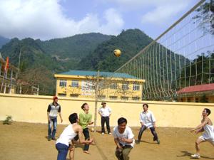 Đội bóng chuyền ĐVTN xã Vầy Nưa thường xuyên tổ chức giao lưu giữa các xóm, bản.