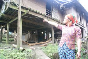 Chị Lò Thị Om và ngôi nhà sàn chông chênh bên mệng vực.