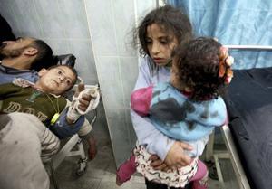 Các em nhỏ Palestine bị thương trong các cuộc không kích của Israel đang được điều trị tại bệnh viện ở Gaza.