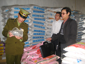 Qua kiểm tra, lấy mẫu xét nghiệm, không phát hiện chất cấm trong thức ăn chăn nuôi lợn tại các cơ sở kinh doanh xã Thượng Cốc, huyện Lạc Sơn.