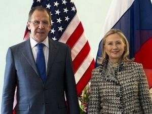 Ngoại trưởng Mỹ Hillary Clinton (phải) và người đồng cấp Nga Sergei Lavrov.