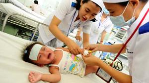 Chăm sóc bệnh nhi bệnh tay chân miệng ở Bệnh viện Nhi Đồng 1 (TP.HCM).