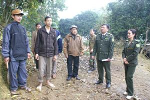 Cán bộ Hạt kiểm lâm huyện Kim Bôi tuyên truyền PCCCR, khuyến cáo nhân dân trên địa bàn về nguy cơ cháy rừng trong mùa hanh khô.