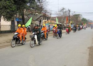 Đong đảo cán bộ, CNVC lao động huyện KIm Bôi đã tham gia diễu hành hưởng ứng Tuần lễ Quốc gia về VSATLĐ - PCCN năm 2012.