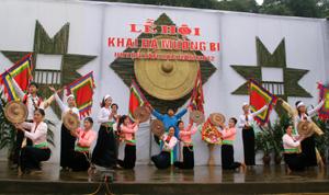 Đội văn nghệ xã Phong Phú (Tân Lạc) tham gia biểu diễn hát, múa dân gian tại Lễ hội Khai hạ Mường Bi năm 2012. Ảnh: H.D