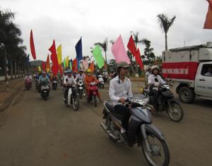 Ngay sau lễ phát động, đông đảo cán bộ, CNV, lao động huyện Cao Phong đã tham gia diễu hành hưởng ứng Tuần lễ Quốc gia về VSATLĐ - PCCN năm 2012.