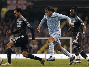 Tevez (áo xanh) đã có màn trở lại thành công giúp Man City chiến thắng. (Nguồn: Reuters)