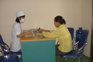 Cán bộ Trung tâm Phòng, chống bệnh xã hội tỉnh tư vấn, phát thuốc miễn phí cho bệnh nhân lao.