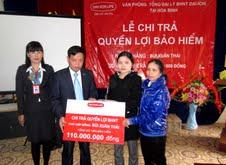 Đại diện Công ty BHNT Dai - ichi tại Hòa Bình chi trả quyền lợi bảo hiểm tử vong cho gia đình ông Bùi Xuân Thái với tổng số tiền bảo hiểm 110 triệu đồng