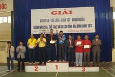 Đồng chí Đinh Văn Ổn, TBT Báo Hòa Bình trao giải cho các VĐV ở nội dung đôi nam quần vợt lãnh đạo.