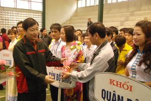 Đồng chí Bùi Văn Cửu, Phó Chủ tịch Thường trực UBND tỉnh, tặng hoa các sở, ban, ngành, đoàn thể dự lễ phát động.