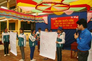 Các em học sinh trường THCS xã Phú Minh (Kỳ Sơn) tham gia thi vẽ tìm hiểu về lứa tuổi vị thành niên.