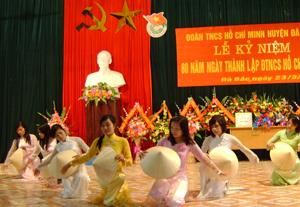 Đội văn nghệ trường mầm non Hoa Mai (TT Đà Bắc) thường xuyên tham gia biểu diễn vào các ngày lễ kỷ niệm của huyện, thị trấn.
