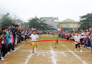 Thành tích của đoàn Hòa Bình tại HKPĐ toàn quốc lần thứ 8, khu vực I có xuất phát điểm từ phong trào thể thao học đường sâu rộng. (ảnh học sinh huyên Mai Châu tại kỳ HKPĐ huyện năm 2011).