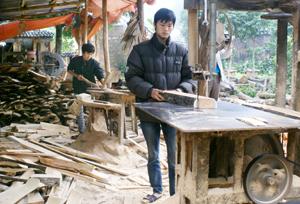 Xưởng sản xuất đồ mộc của gia đình đoàn viên Vũ Viết Tuấn, thôn Cố Thổ (Hòa Sơn) giải quyết việc làm thường xuyên cho từ 8-10 lao động địa phương.