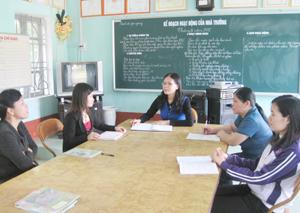 Giáo viên trường tiểu học Kim Tiến  trao đổi kinh nghiệm giảng dạy.