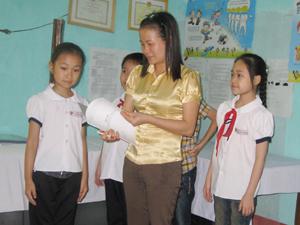Cán bộ kế toán kiêm y tế học đường trường tiểu học Lê Văn Tám cân, đo theo dõi sức khỏe cho học sinh.