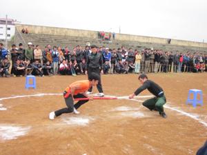 VĐV Bùi Văn Núi (bên trái) của xã Dũng Phong đã giành được giải nhất nội dung  đẩy gậy hạng cân trên 74 kg tại giải bắn Nỏ - kéo co - đẩy gậy huyện Cao Phong năm 2012.
