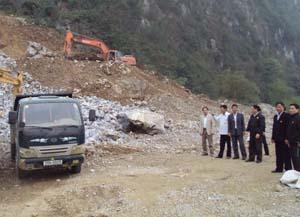 CCB Vũ Thanh Đài, xóm Hoàng Đồng, xã Khoan Dụ (Lạc Thuỷ) giới thiệu với lãnh đạo Hội CCB tỉnh và huyện về quy trình sản xuất đá xây dựng của công ty do ông làm giám đốc.