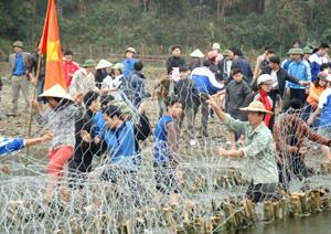 ĐV- TN huyện Kim Bôi tham gia đắp bai chống hạn phục vụ sản xuất tại xã Kim Bôi.