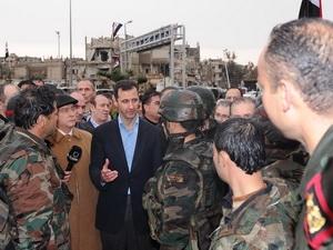 Tổng thống Syria Bashar al-Assad (giữa) đã tới thị sát Baba Amr, khu vực lân cận thành phố Homs. (Ảnh: THX/TTXVN)