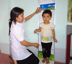 Năm 2011, tỷ lệ trẻ dưới 5 tuổi suy dinh dưỡng thể nhẹ cân ở tỉnh ta giảm còn 21,4%. ảnh: Trạm y tế xã Xuất??Hóa (Lạc Sơn) thực hiện theo dõi tăng trưởng của trẻ.                              ảnh: Kim Tuất (TTV)