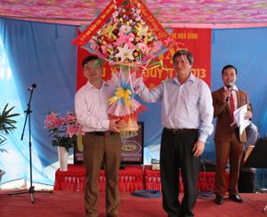 Đồng chí Trần Đăng Ninh, Phó Chủ tịch UBND tỉnh tặng hoa động viên Công ty CP Môi trường đô thị Hòa Binh.