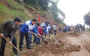 Đông đảo ĐV-TN tham gia tu sửa đường giao thông tại thôn Thăn Dưới, xã Miền Đồi (Lạc Sơn).